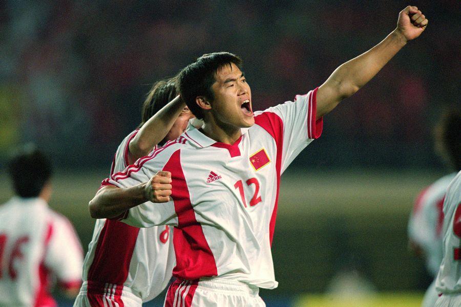 他穿曼联10号演帽子戏法成中国第1人,却在鲁能被逼退役