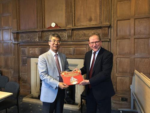 (右)约克大学招生办主任Simon Willis先生、(左)金吉列留学董事长朱燕民先生