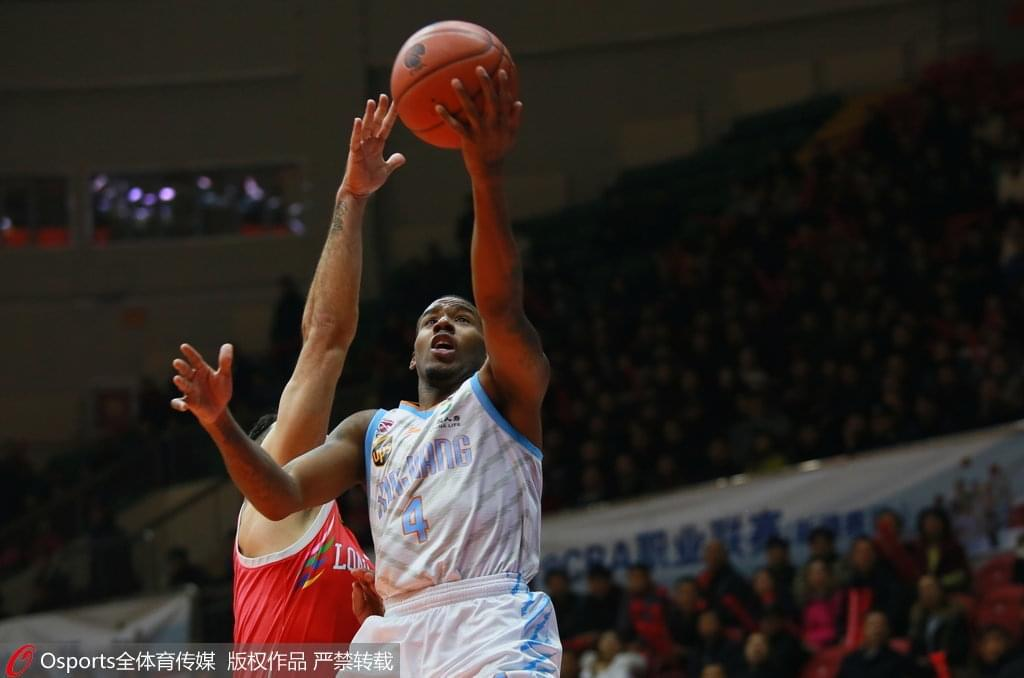 新疆8分击退广州两连胜 5人上双亚当斯53+14+12