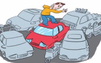 不让汽车乱停放 爱管闲事老人管住了路边乱停车