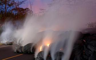 夏威夷火山喷白色气体 记者冒险近距离拍摄