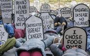 """美国民众举""""墓碑""""抗议"""
