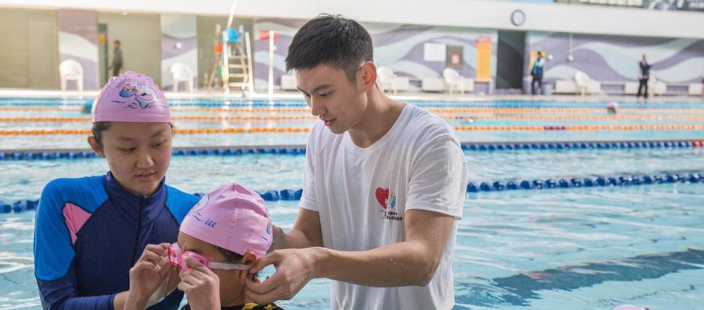 宁泽涛教课变孩子王 见过这么帅的游泳教练?