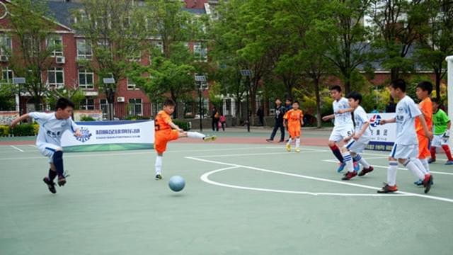 国际城小学足球小将不简单 学校教育文武双全育新人