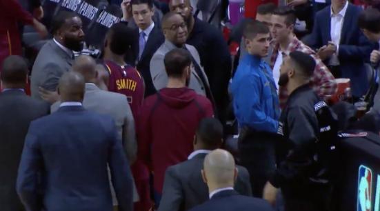 【影片】場上打得熱鬧場下也精彩, Drake噴完LBJ噴 Perkins!