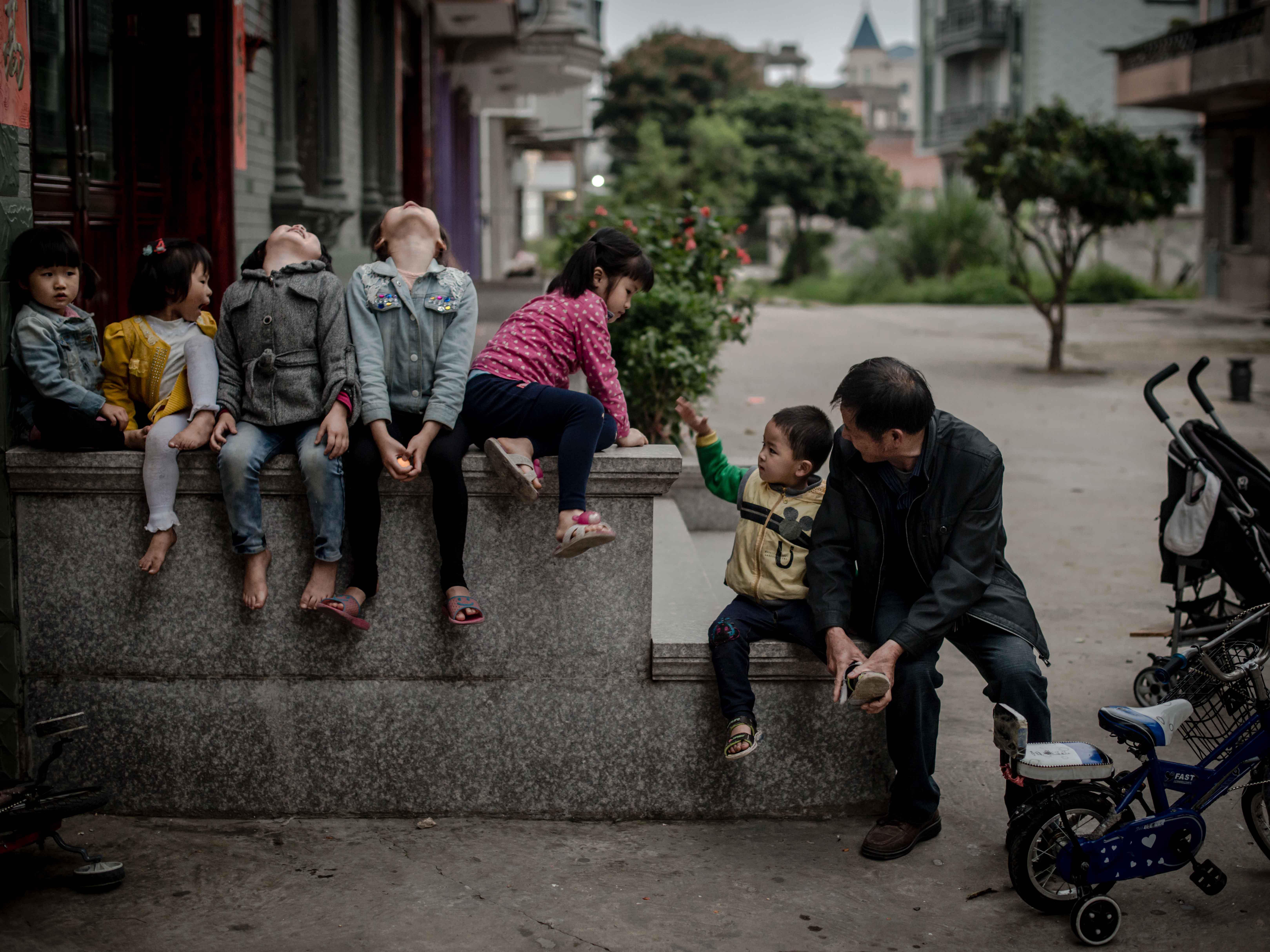 2014年5月1日,福建长乐潭头镇,这些孩子都是英国或者美国公民。他们非法移民的父母是造成移民等于去做廉价劳动力这一印象的重要原因之一。/CFP