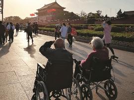 太原抗战老兵坐着轮椅带着氧气罐圆梦北京行