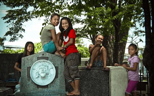 惊世骇俗!菲律宾活死人墓 6000活人与死者同住