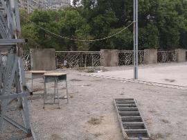 南昌市正大学校篮球场铁架倒塌 致一死一伤