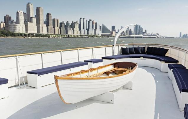 """百年""""老古董""""木质船变身现代游艇"""