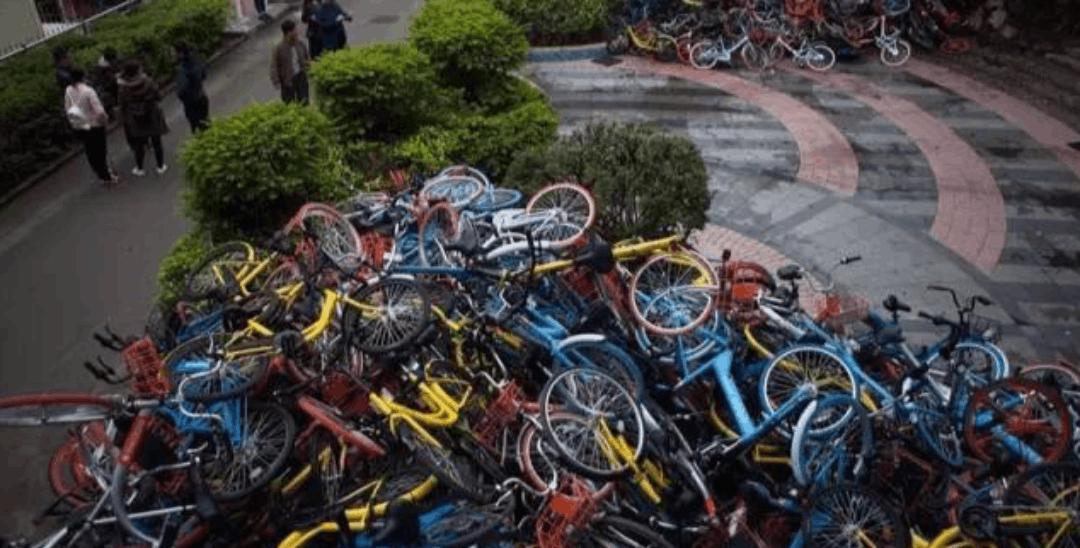 """深圳超500辆共享单车堆积如山 谁下的""""毒手""""?"""