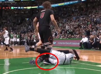 真冤!洛佩兹遭对手夹脚被造犯规 给裁判鼓掌吃T