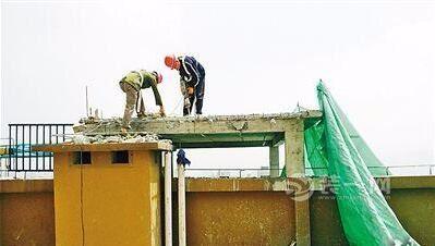 行动!张店区部分小区居民带头自拆楼顶违建