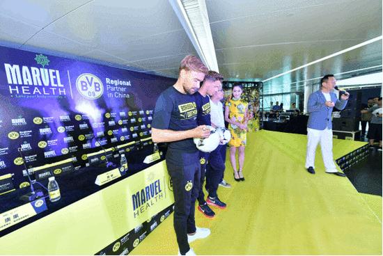 澳洲蔓薇与多特蒙德举行合作发布会 施梅尔策亮相现场并展现精彩球技
