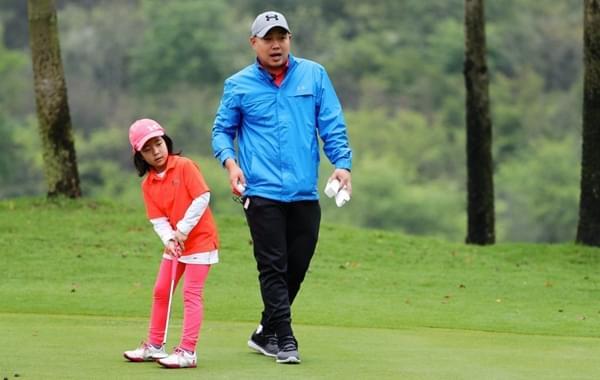 刘国梁亲自指导女儿打高球