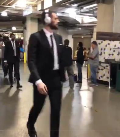 【影片】騎士全員再次統一裝束到場 一身黑西裝表明決心!-Haters-黑特籃球NBA新聞影音圖片分享社區
