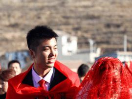 """邯郸""""孔雀女""""嫁山村小伙 父母陪嫁15万元"""