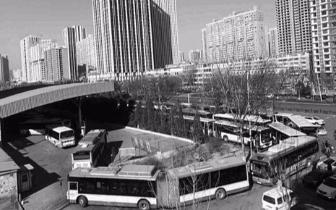 受天气、气源影响 公交车燃料不足车间距拉长