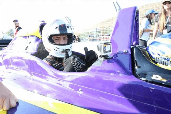 跨界!汤普森现身职业赛车场 帅气飙车犹如老司机
