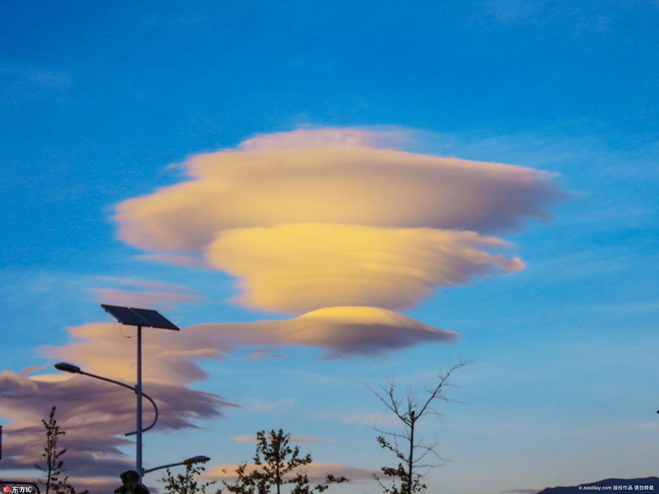丽江天空惊现奇妙云朵,好似UFO降临