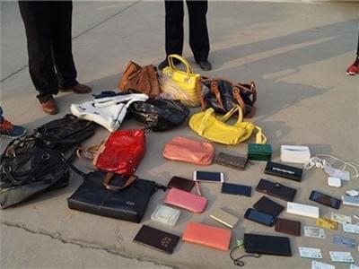 小偷特别迷恋箱包 藏于家中成罪证