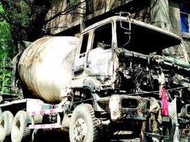 水泥罐车起火公交司机伸援手