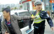 残疾司机违章被查 暴力抗法咬伤民警