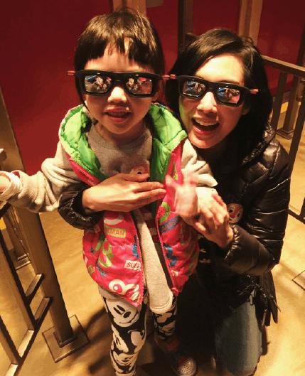 黄贯中晒朱茵和女儿合照 母女俩戴墨镜很有爱