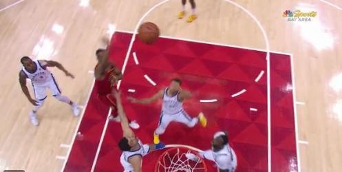 【影片】驚魂!Curry落地踩到Zaza腳上 右腳踝受傷所幸無大礙