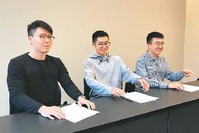 李博源(右一)认为,学习法律法规对学子来说极其重要,法律知识应铭记于心。图为李博源与同学参加安全知识竞赛。(照片由受访者提供)