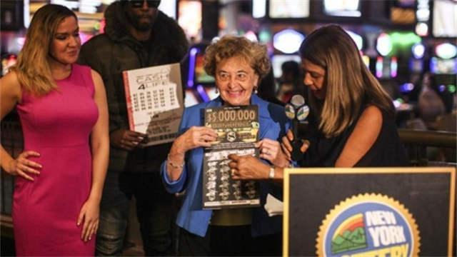 迷糊彩民刮彩票以为中5000 仔细核对发现中500万