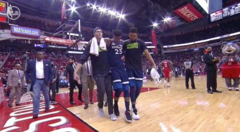 【影片】太累了?JB右腿受傷痛苦倒地 被攙扶回更衣室-Haters-黑特籃球NBA新聞影音圖片分享社區
