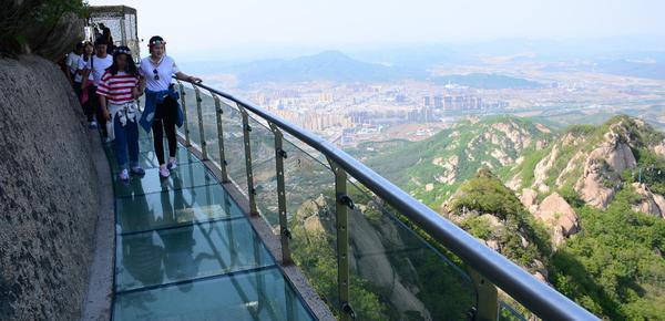 游客走高空玻璃栈道:绝壁凌空 直呼腿软