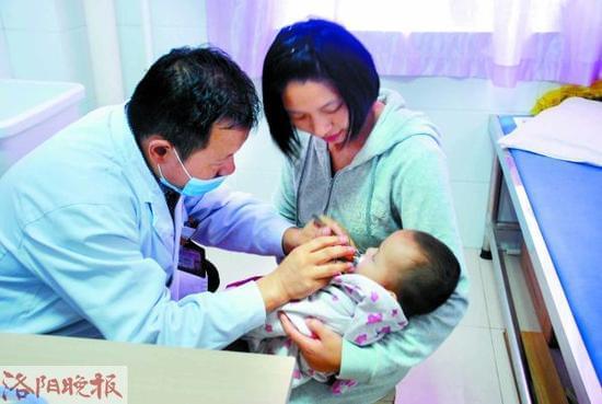 出现咳嗽症状的宝宝在接受检查(市妇女儿童医疗保健中心供图) 昨日,记者从市妇女儿童医疗保健中心了解到,十一长假这几天,该院儿科门诊接诊的呼吸道疾病患儿增多,其中患毛细支气管炎的宝宝,比平时增多了一到两成。 该院儿科二病区主任、呼吸科专家代富力说,目前正处于季节转换之际,宝宝抵抗力差,遇上冷热交替特别容易患病。家长应做好预防准备,一旦发现宝宝出现连续咳嗽的症状,应及时到医院检查。 它10月后进入高发期,爱欺负1岁以下宝宝 代富力说,毛细支气管炎是小儿常见的一种急性下呼吸道感染,主要病变部位在肺部的毛细支