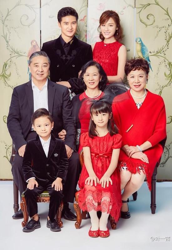 叶一茜晒全家福 父女母子间温暖有爱多么幸福的一家
