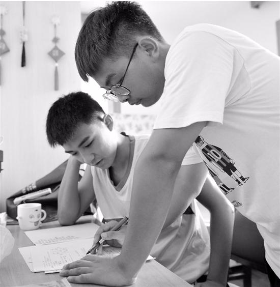暑假做兼职家教攒学费 18岁的他既自豪又满足