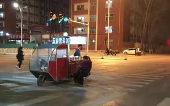 长治:流动摊贩路口摆摊影响交通