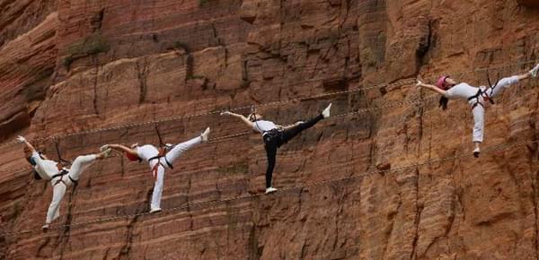 40名女性悬崖峭壁练瑜伽 钢丝上挑战极限