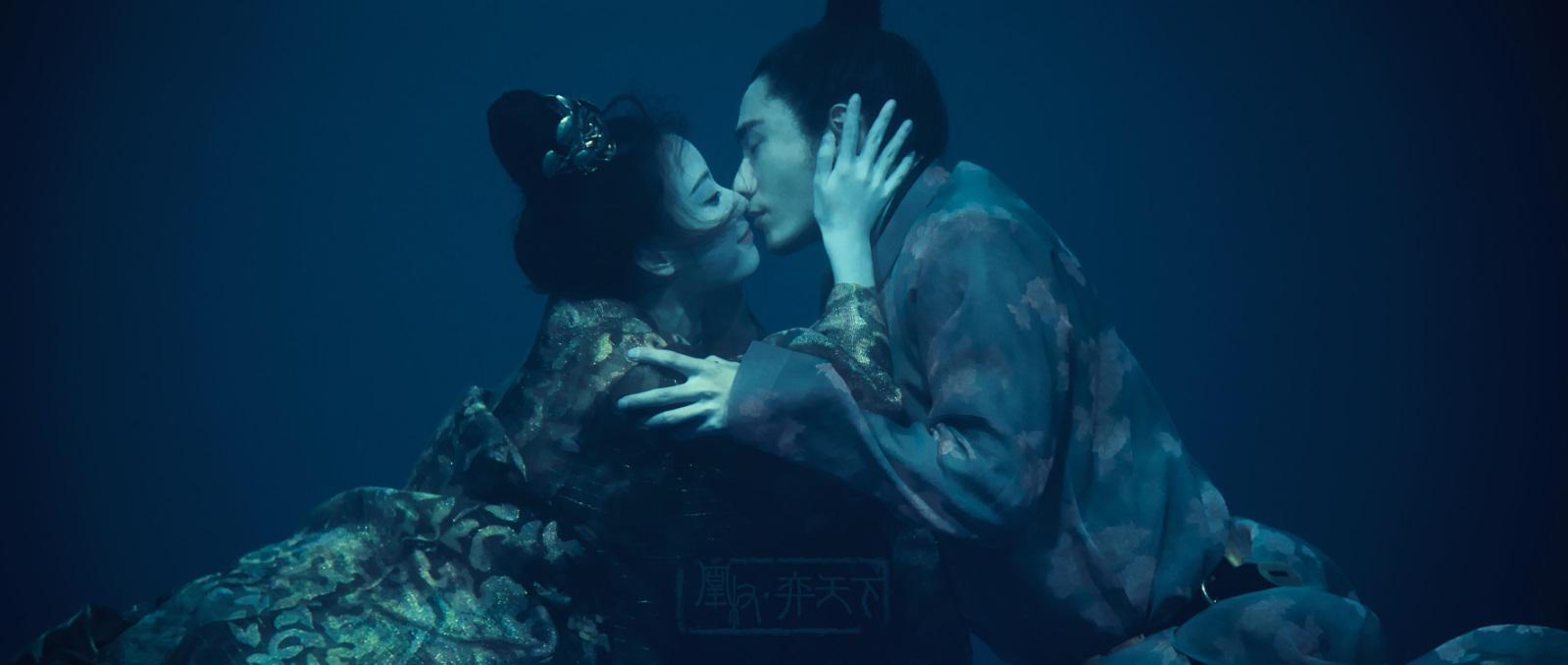 《凰权弈天下》曝水下吻戏 陈坤倪妮忘情拥吻