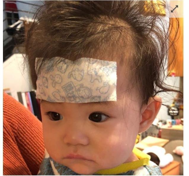 陈冠希又晒女儿照片 头贴退烧贴表情委屈