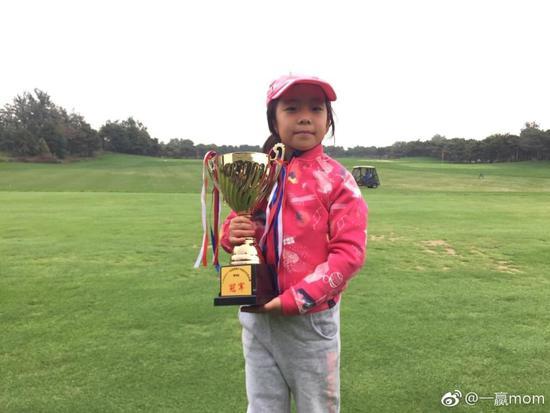 刘国梁爱女再夺高尔夫冠军  爱妻:奖杯柜该换大了