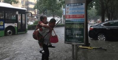 感动!石家庄公交司机冒雨背老人下车