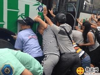 惠州人合力抬车救人温暖人心 获《人民日报》点赞