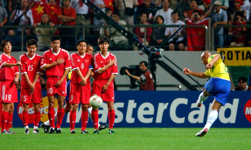 卡洛斯把世界杯最炸裂一脚送给国足,郝海东转身就扔了人家球衣