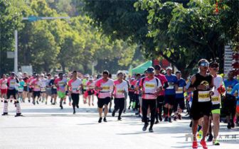 大理国际马拉松赛开跑,万人跑动苍洱