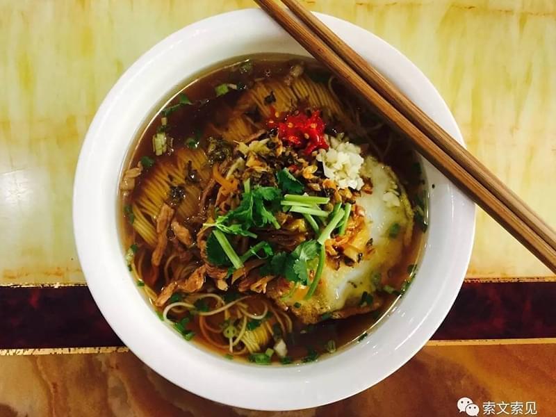 那口汤,连肉带汁地舀上一勺,浇到面上,一碗面的精气神就提起来了。