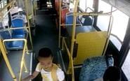 粗心奶奶搭公交 孙子酣睡不醒被落在车内