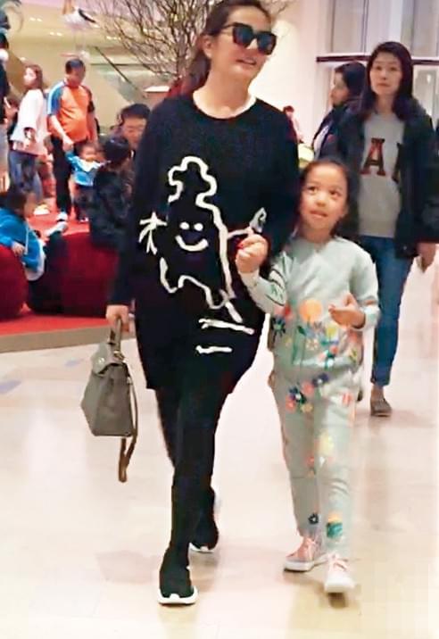 赵薇牵女儿亲子装出行 小四月大眼睛越长越像妈