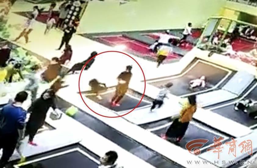 5岁孩子在弹跳床上摔骨折 蹦床馆管理遭质疑