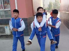 """肥乡区一中学""""小暖男""""乐于助人传美德"""